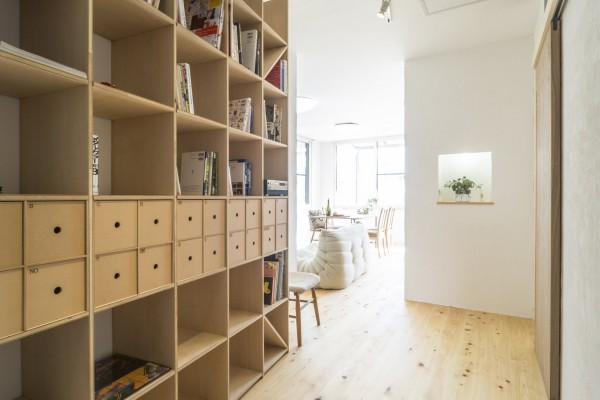 お部屋に入って直ぐに、家族ライブラリー。サイドに椅子を置いて、気軽に本が読める空間に。