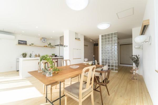 白を基調としたお部屋はシンプルでモダンな空間に。