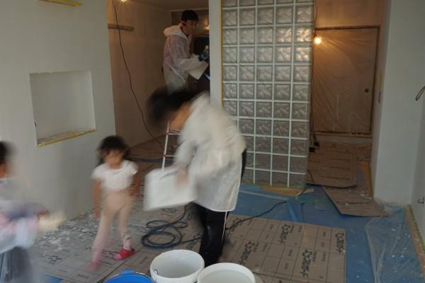 家族皆で壁に漆喰を塗りました。