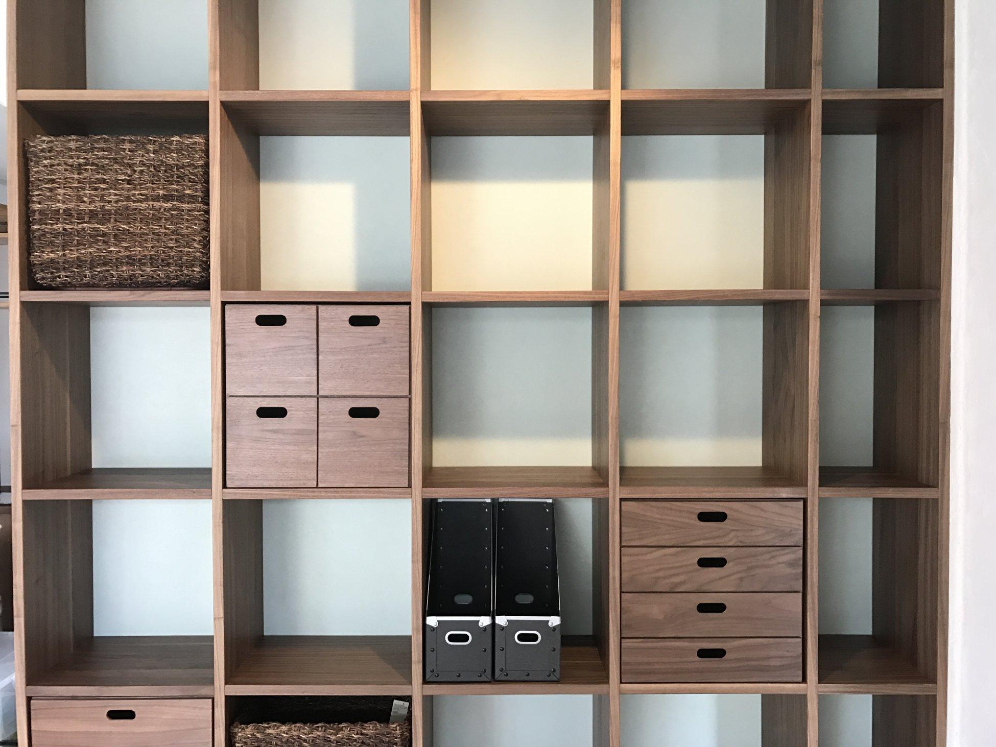 壁一面に本棚が欲しい! そんな要望増えてます。 家具の転倒の心配も要らないですし、子供に自分の読んでいる本を見せたい、