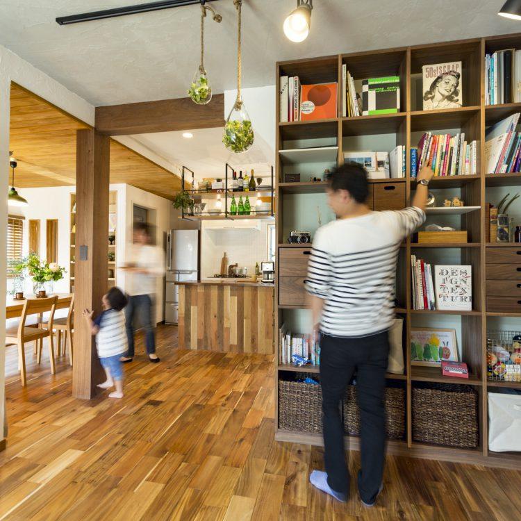 岐阜市リノベーション事例リビングにある無印良品のシェルフを利用した壁面本棚