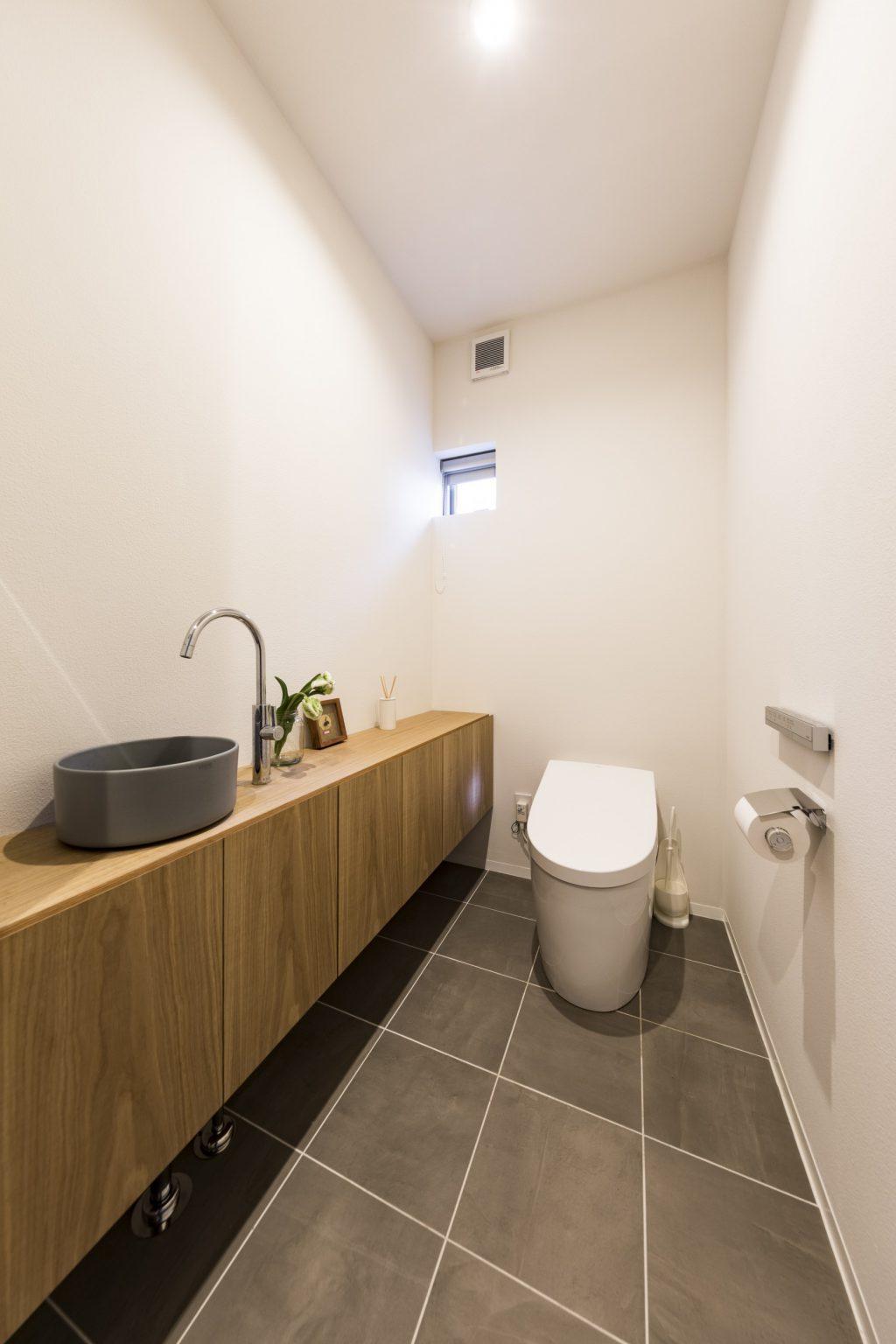 岐阜県瑞穂市の二世帯住宅リノベーション事例のシンプルなトイレ