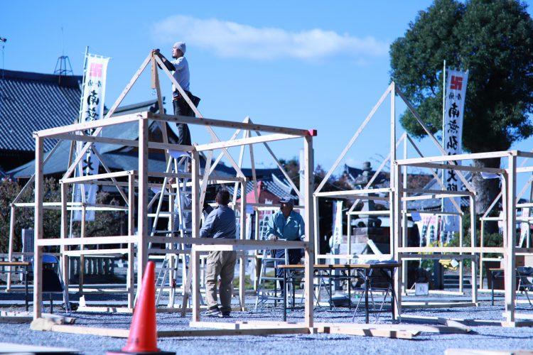 岐阜市鏡島で行われたかがしマルシェの設営風景