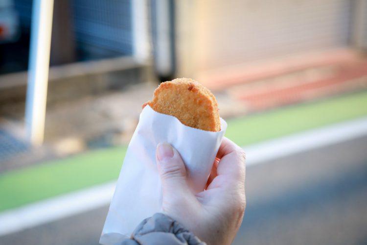 近江八幡の商人の町の町並みで食べられるコロッケ