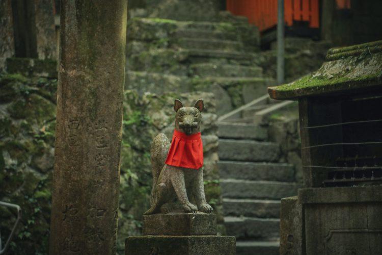 京都の伏見稲荷大社のキツネ
