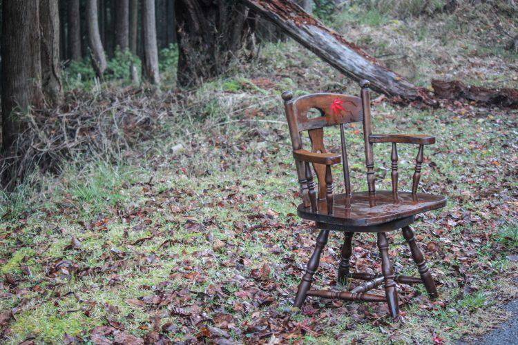 兵庫県朝来市竹田城跡が見える場所へ続く道にあった椅子