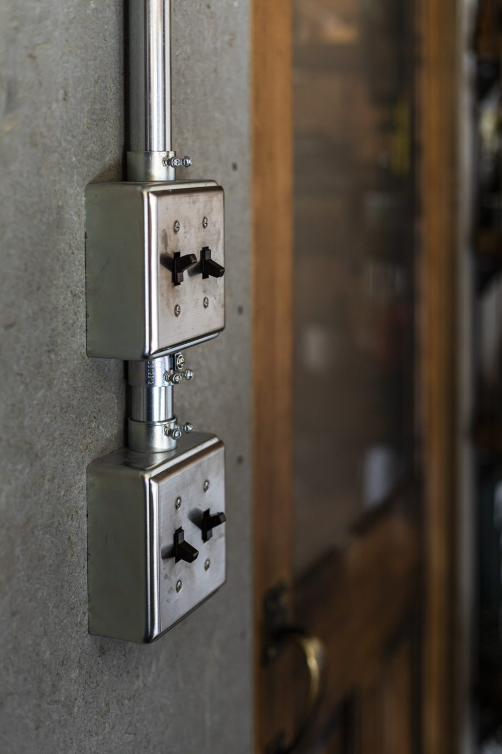 岐阜県土岐市戸建てリノベーション事例の木質合板と露出アメリカンスイッチ