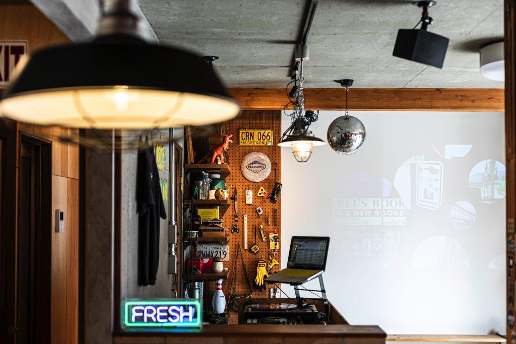 岐阜県土岐市戸建てリノベーション事例の有孔ボード収納とプロジェクター投写壁