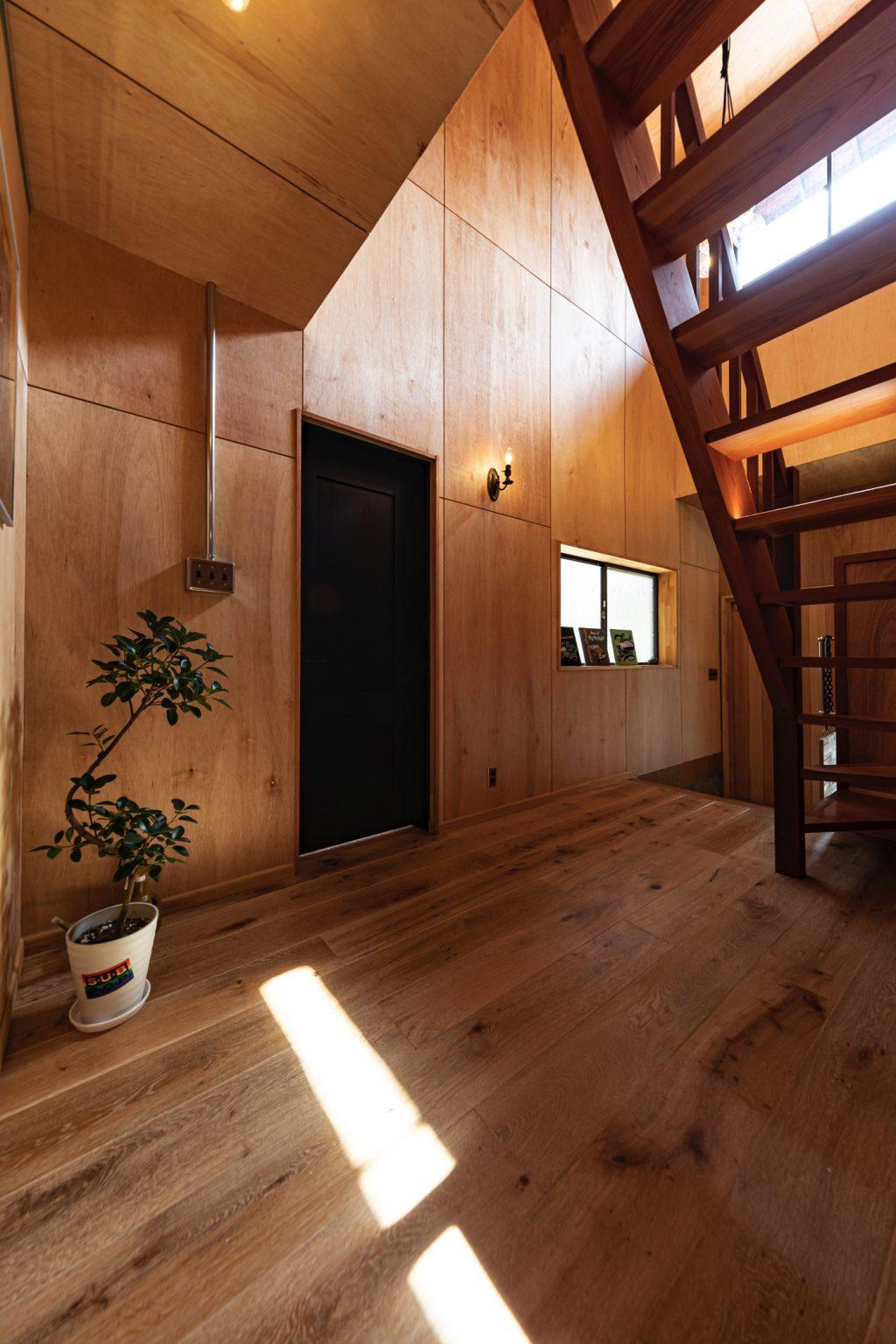 岐阜県土岐市戸建てリノベーション事例の玄関ホールのラワン合板貼り