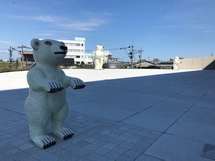 富山県美術館の屋外展示のクマ