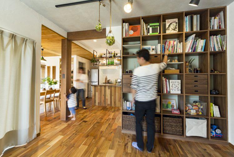 岐阜リノベーションのリビングの本棚