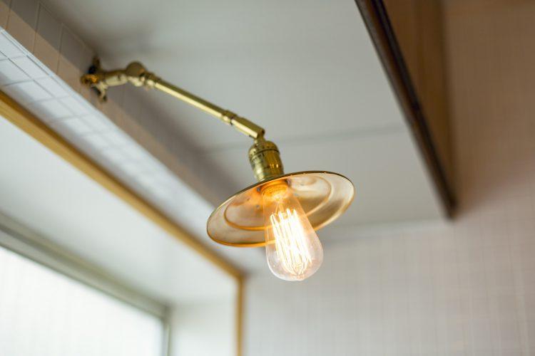 岐阜リノベーションのおしゃれな壁付照明と裸電球