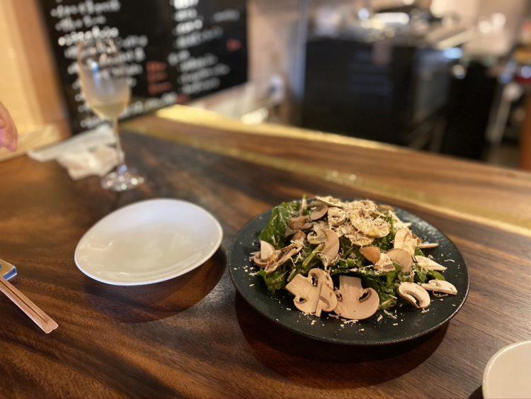 岐阜県各務原市鵜沼にある鵜沼葡萄酒食堂で食べられるマッシュルームとほうれん草のサラダ