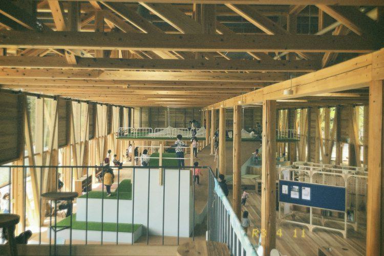 各務原学びの森の広場に新しくオープンしたパークブリッジの内装